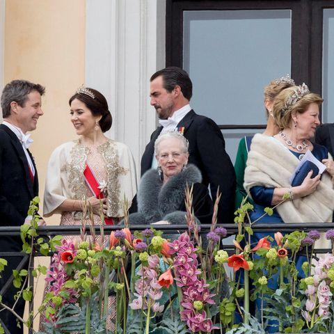 Alle plaudern, Königin Margrethe schaut sich um und wirkt etwas müde.