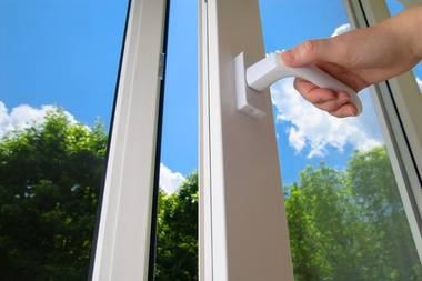 Haushaltstrick: Mit dieser Schraube am Fenster kann viel Geld gespart werden