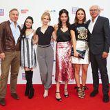 Co-Ceos von UFA Nico Hofmann und Wolf Bauer nehmen vier GZSZ-Ladies in ihre Mitte: Anne Menden, Lea Marlen Woitack, Linda Marlen Runge und Janina Uhse.