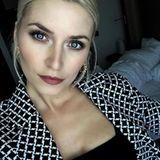 Wache Augen schminkt sich Lena Gercke ganz einfach: Sie benutzt für die inneren Augenwinkel hellen Lidschatten, der leicht schimmert. So bekommt ihr sonst eher dunkles Augen-Make-up einen frischen Akzent.