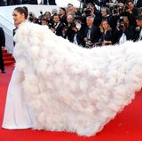 Dieses Kleid ist nicht einfach in den Griff zu bekommen und benötigt einen eigenen Schleppenträger.
