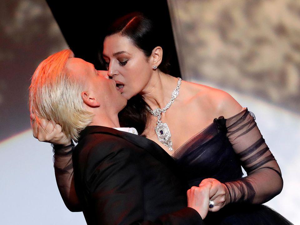 Gastgeberin des Abends Monica Bellucci legt bei der Eröffnungszeremonie einen filmreifen Kuss mit Co-Moderator Alex Lutz hin.