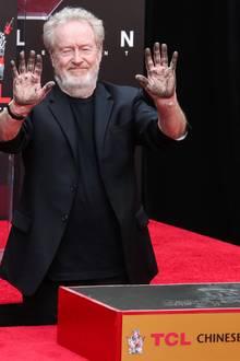 """17. Mai 2017  Handabdrücke für die Ewigkeit: """"Alien: Covenant""""-Regisseur Sir Ridley Scott verewigt sich vor dem Chinese Theater in Hollywood."""