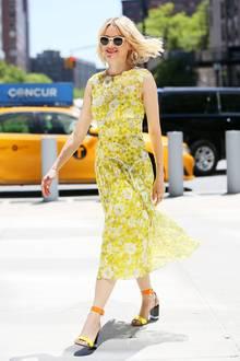 Endlich ist der Sommer Da! Und Naomi Watts feiert ihn in New York mit diesem strahlend gelben Blumenkleid und farblich toll passenden High Heels.
