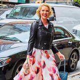 Einen tollen Kontrast stylt sich Katherine Heigl mit Biker-Jacke zum luftig-floralen Rock.