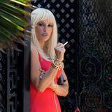 """Einen total ungewohnten Anblick gibt Penélope Cruz am Set von """"American Crime Story"""" ab. Die brünette Schönheit trägt plötzlich Platinblond und hat einen komplett neuen Look. Der Grund: Sie verkörpert in der US-Serie die legendäre Designerin Donatella Versace in ihren jungen Jahren."""