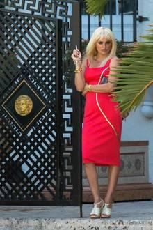 Zu dem Look gehört auch die sexy Pose, mit der sich Penélope gegen das Versace-Tor in Miami lehnt. Mehr Donatella geht nicht!