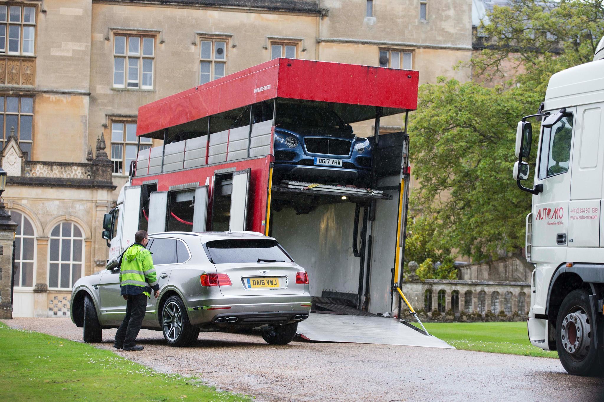 Mit diesen Bentleys werden bei der Hochzeit die Gäste chauffiert.