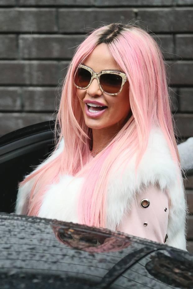 Wow! Ob hier der Lippenstift auf die Haarfarbe abgestimmt wurde, oder die Haarfarbe auf den Lippenstift, ist fraglich. Fest steht, Katie Price trägt ihre Haare jetzt nicht mehr brünett oder blond, sondern babypink.