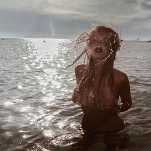 Auf Formentera wurde eine Meerjungfrau gesichtet: Eine nackte Bonnie Strange grüßt ihre Fans aus dem kühlen Nass.