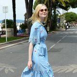 Zum Knutschen schön finden wir Elle Fannings verspielten Sommer-Look in Hellblau mit passenden Kussmund-Stickereien.