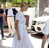 Im luftigen weißen Sommerkleid und passenden Satin-High-Heels genießt Hailey Baldwin ihren ersten Tag an der Côte d'Azur.