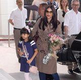 Aishwarya Rai, hier mit ihrer süßen Tochter, ist bekannt für tolle Red-Carpet-Looks in Cannes, zeigt sich bei der Ankunft in ihrem Hotel mit Trenchcoat, Jeans und Ballerinas aber noch ziemlich lässig.