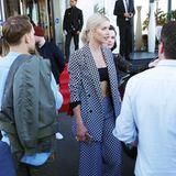 Bauchfrei im Karo-Blazer mit passender, weiter 3/4-Hose sorgt Lena Gercke vor ihrem Hotel in Cannes schon für einen Massenauflauf.