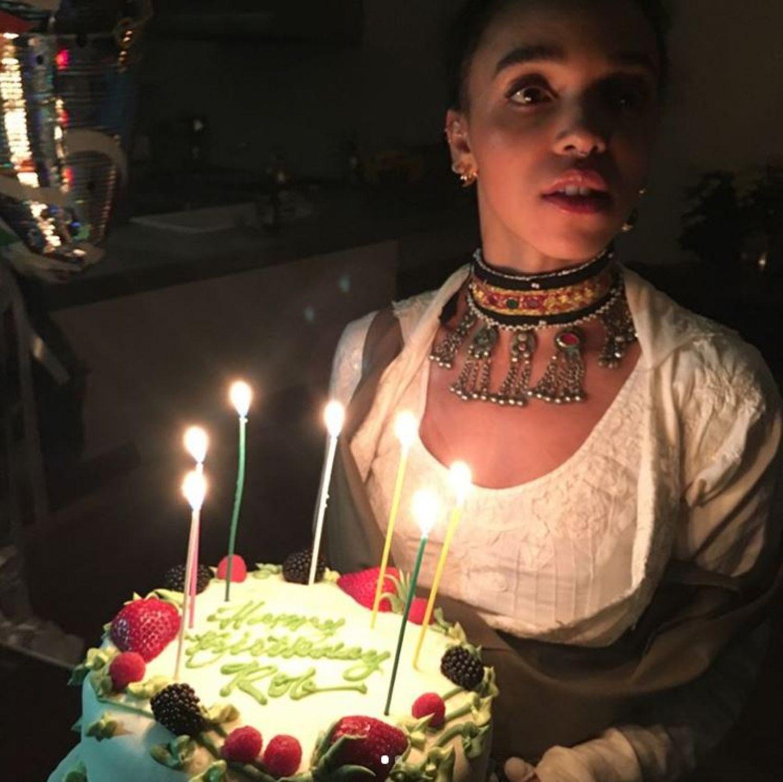 """Für ihren Freund Robert Pattinson hat Sängerin FKA twigs eine leckere Geburtstagstorte organisiert. Mit Zuckerguss steht auf ihr """"Happy Birthday Rob"""" geschrieben."""