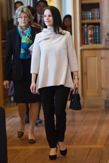 Die schwangere Prinzessin Sofia verhüllt ihre wachsende Babykugeln mit einem cremefarbenen Oversize-Pullover. Um ihre schönen Proportionen zu wahren, kombiniert sie dazu eine schwarze Skinny-Jeans.