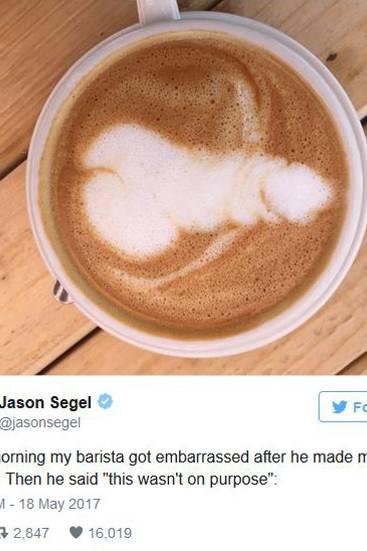 """18. Mai 2017  Der morgendliche Schreck steckt """"How I Met Your Mother""""-Star Jason Segel noch in den Knochen. Der morgendliche Kaffee hat es in sich, statt mit einem Herzen aus Kaffeecrema und Schaum begrüßt zu werden, serviert sein Barista ihm, nun ja, seht selbst."""