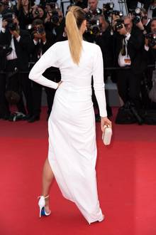 Heiß in Weiß! Eine echte Augenweide ist diese Modell auf dem Red Carpet der Filmfestspiele in Cannes. Doch von vorne ist ihr Kleid so extrem ausgeschnitten, dass ihr ein peinliches Mode-Malheur passiert.