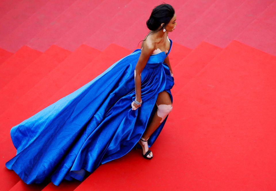 Winnie Harlorw schreitet in ihrer royalblauen Zuhair-Murad-Robe die Treppe herauf.