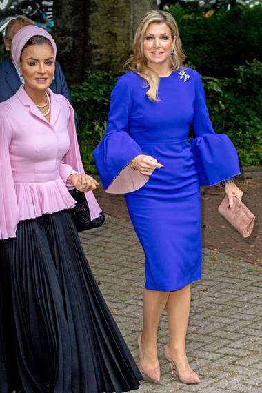Dieser Look kommt uns aber bekannt vor, Máxima! Zusammen mitScheicha Musa bint Nasser al-Missned von Katar besucht die Königin ein Seminar in Den Haar, und das royalblaue Kleid mit den präsenten Glockenärmeln von Roksanda Ilincic erinnert uns sehr an ein Kleid, das Melania Trump im Wahlkampf trug. Kommt daher die Inspiration?