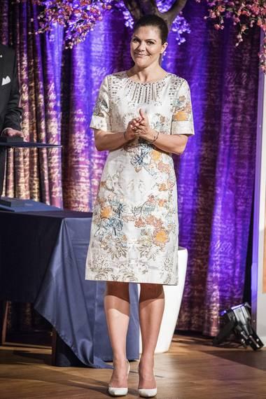 Für die Verleihung des Crafoord-Preis an der Königlich Schwedischen Akademie der Wissenschaften am selben Abend hat sich die Kronprinzessin dann diese schöne, aufwendig floral bestickte Seidenkleid ausgesucht.