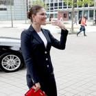 Den Business-Look mit dem gewissen Etwas beherrscht Prinzessin Victoria mit links. Zum eleganten, schwarzen Anzug wählt Victoria als Hingucker-Details eine knallrote Clutch und passende High Heels. Die Kronprinzessin besucht so schick gekleidet ein Event für nachhaltige Entwicklungen in Stockholm.