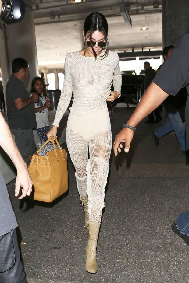 Hot or not? Im beigefarbenen, doch recht transparenten Strick-Ensemble zeigt sich Kendall Jenner am Flughafen von L.A. ziemlich freizügig. Ob wir das stylisch oder doch eher schwierig haben, haben wir noch nicht entschieden.