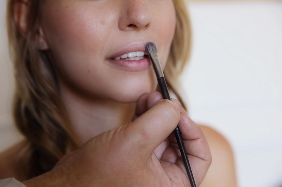"""Step 2: """"Dior Skin Luminizer"""" hebt die Kontur und Farbe der Lippen hervor."""