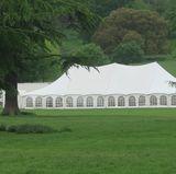 """19. Mai 2017  Auf dem Gelände des """"Englefield Estate"""", zu dem auch die Kirche gehört, ist ein großes Zelt aufgebaut worden. Hierin sollen die Gäste, so wird vermutet, unmittelbar nach dem Gottesdienst einfinden."""