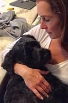 """Schauspielerin Brooke Shields und ihr Vierbeiner sind im Entspannungsmodus: Auf Instagram postete sie diesen kuscheligen Schnappschuss von sich und ihrem Hund. """"Wir sind bereit fürs Wochenende"""", schrieb sie dazu."""