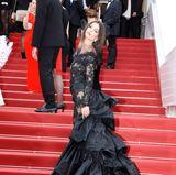 Was für ein Kleid! Sexy Emily Ratajkowski macht uns in dieser traumhaften Robe den schwarzen Schwan.