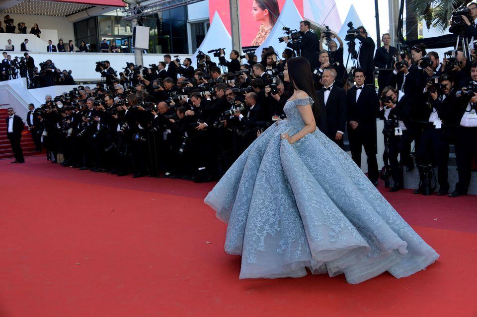 """Die indische Schauspielerin Aishwarya Rai Bachchan schwebt währed der """"Okra""""-Premiere über den roten Teppich."""