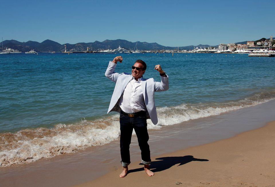 """Während des Strand-Fotocalls für die Dokumentation """"Wonders of the Sea 3D"""" zeigt Arnold Schwarzenegger Muskeln."""