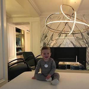 Baby Theodore scheint die Einrichtung im Hause Kushner/Trump bestens zu gefallen. Die extravagante Deckenlampe ist aber auch wirklich ein Eyecatcher.