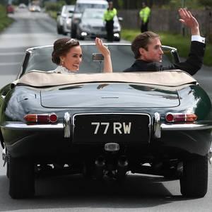 """20. Mai 2017  """"Just Married"""": James Matthews fährt seine Braut stilecht in einem grünen Jaguar zum privaten Empfang in Englefield."""