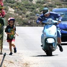 20. Mai 2017  Es sollte eine nette Fahrt mit Sohnemann Robert werden: Leider streikte der Roller von Schauspieler Owen Wilson. Während Papa den Roller anschiebt, muss der Kleine laufen.