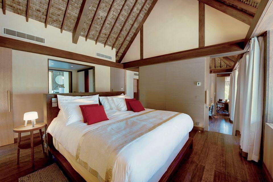 So sieht das Schlafzimmer in den noblen Strandvillen aus.