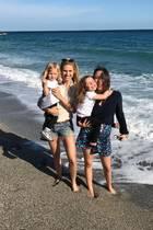Vier wunderschöne Mädels machen den Strand unsicher: Michelle Hunziker postet ein sommerliches Familienfoto, auf dem sie und ihre drei Töchter Celeste, Sole und Aurora zu sehen sind.