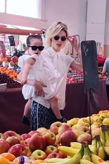 Während der Filmfestspiele in Cannes kaufen Coco Rocha und Töchterchen Ioni James perfekt gestylt frisches Obst in einem Supermarkt.