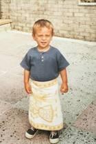 """Thomas Daley  Schöne Liebeserklärung: Zu seinem 23. Geburtstag postetDustin Lance Black ein Kinderfoto seines Mannes Thomas """"Tom"""" Daley und versieht den süßen Schnappschuss mit dem Hashtag#LovelyDress."""