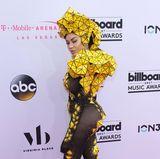 Um jeden Preis auffallen, das scheint der Gedanke hinter der Kleiderwahl von Sängerin Dencia gewesen zu sein. Auffällig ist dieses Outfit ohne Frage, auffällig schön allerdings nicht.