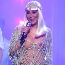 Sie kann es einfach nicht lassen: Bereits vor drei Jahren sorgte Cher mit diesem Outfit für Aufsehen. Heute - mit 71 Jahren - stört sie sich noch weniger daran, ihren nackten Körper zu präsentieren. Doch jetzt mal ganz abgesehen vom Alter: Schön ist dieser Lametta-Look samt Herzchen-Nippeln auch an einer 20-Jährigen nicht.