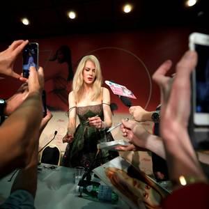 """Bei der """"The Killing of a Sacred Deer""""-Pressekonferenz gibt Nicole Kidman fleißig Autogramme."""