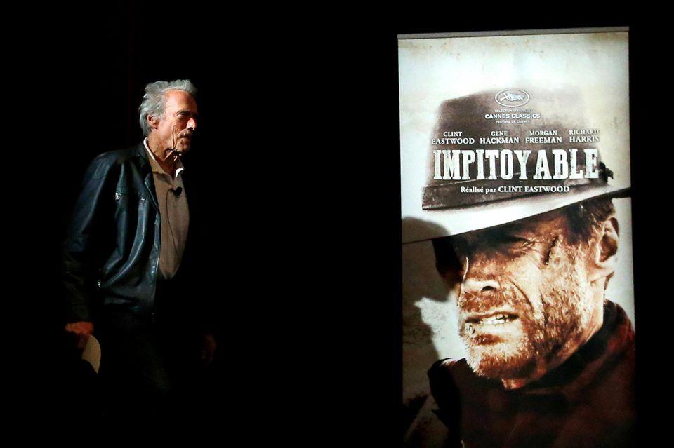 "Clint Eastwood stellt sich seinem Konterfei auf dem Plakat zum Film ""Unforgiven""entgegen."