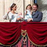 """21. Mai 2017  Claire Lademacher und Félix von Luxemburg zeigen sich mit den Kindern Liam und Amalia auf dem Schloss-Balkon und hören sich ein Ständchen der """"Harmonie Municipale de Luxembourg"""" an."""