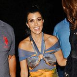 Hä ist das jetzt modisch oder einfach geschmacklos? Kourtney Kardashian kann in ihrem verwirrenden Statuen-Printkleid ganz und gar nicht überzeugen.