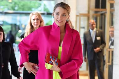Jetzt knallt's aber richtig! Für ihren Besuch American Ballet Theater Spring Gala hat sich Blake Lively für eine Farbexplosion in Pink und Neongelb entscheiden.