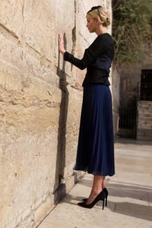 """Bedächtig steht Ivanka Trump vor der Klagemauer in Jerusalem. Sie trägt ein blau-schwarzes Ensemble bestehend aus einem langen, schwarzen Rock des Designers """"Cédric Charlier"""" und einem Jäckchen. Vor ihrer Hochzeit mit Jared Kushner im Jahre 2009 konvertierte Ivanka zum Judentum."""