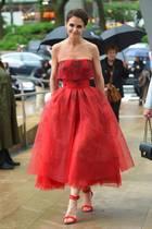Durch drapierte Lagen schafft dieses Illusion-Dress von Designer Zac Posen eine Wow-Taille, zu dem Katie Holmes gar keinen Schmuck mehr braucht, um einfach toll auszusehen.