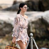 Im luftig-floralen Chiffon-Dress zeigt Kendall Jenner den Gästen des Hotel du Cap Eden Rock ihre sexy Schulter.